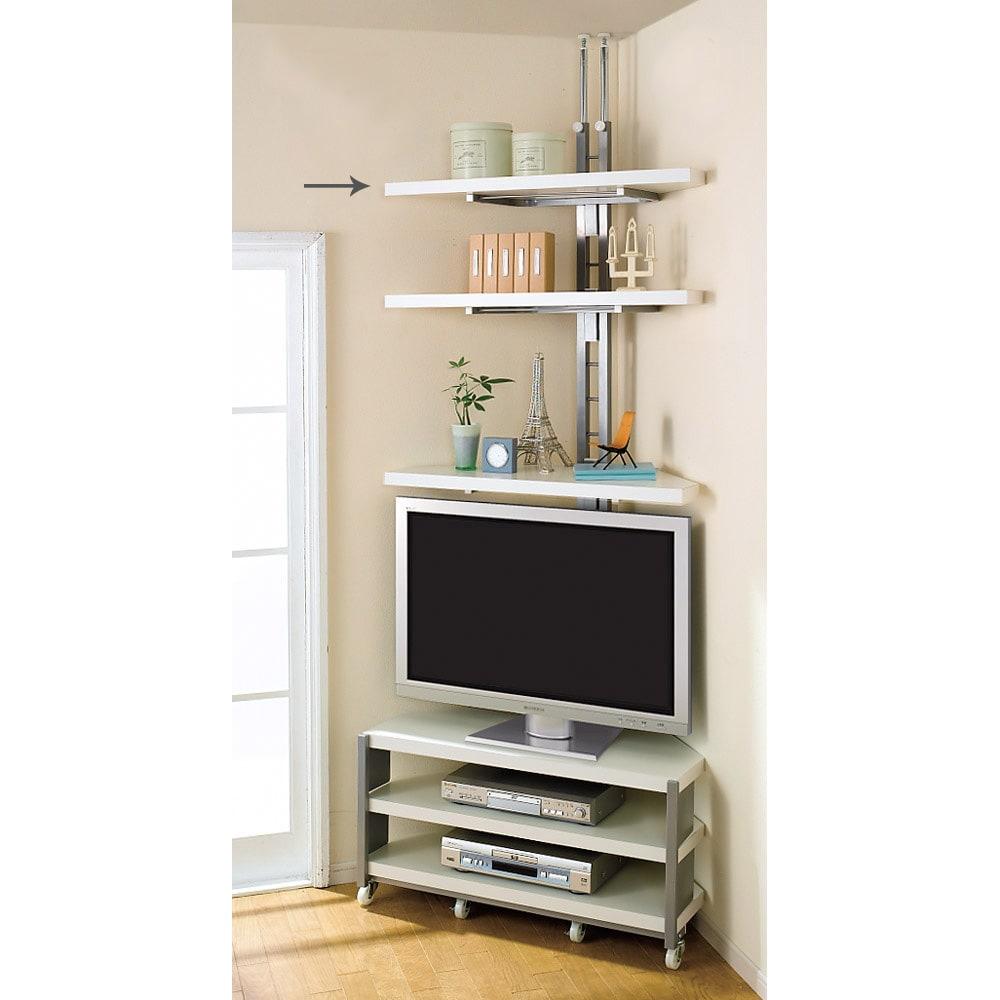 テレビ上の空間を有効活用できる突っ張り式スペースラック コーナーシェルフ 幅90cm・3段 テレビの高さに合わせて棚板を可動できます。写真は別売りのテレビ台との組み合わせ例です