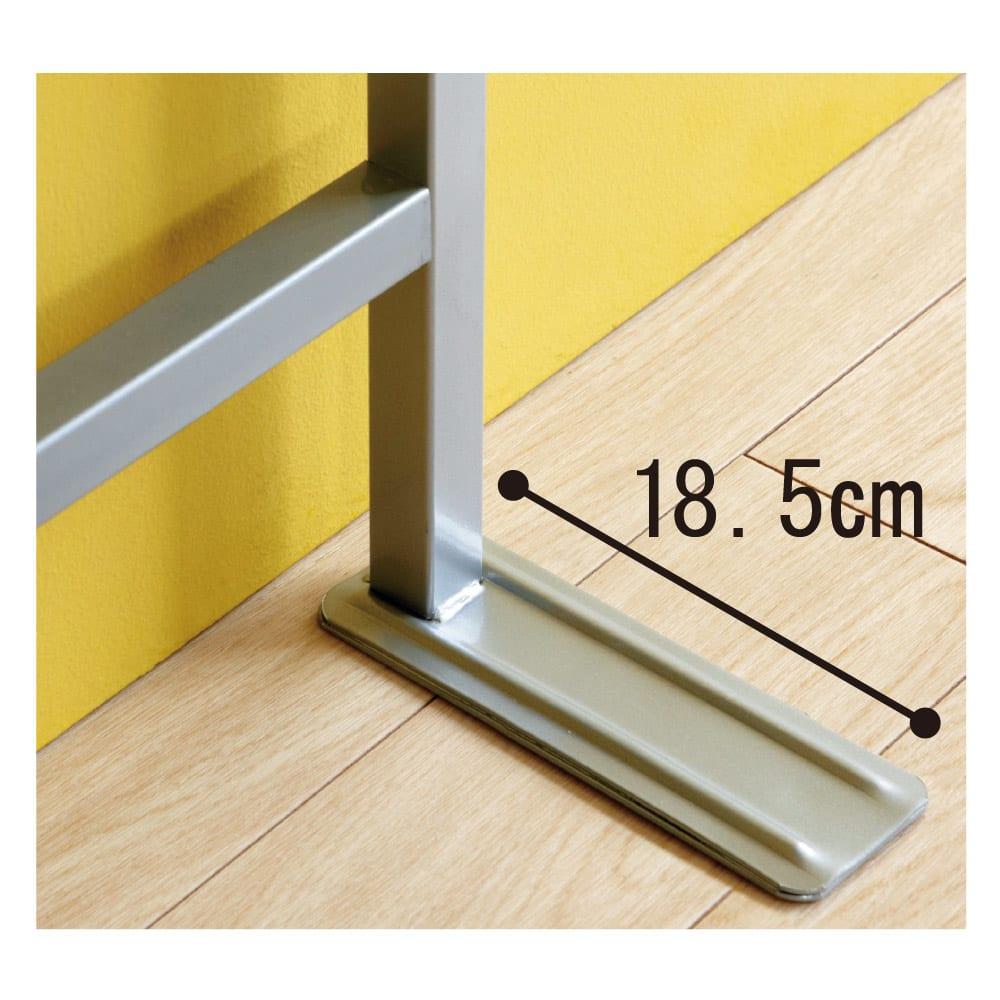 突っ張り式スペースラック 3段 幅89.5cm 脚部はL字型で壁にぴったり付けて安定設置でき、裏側は床にやさしいソフト素材貼り。
