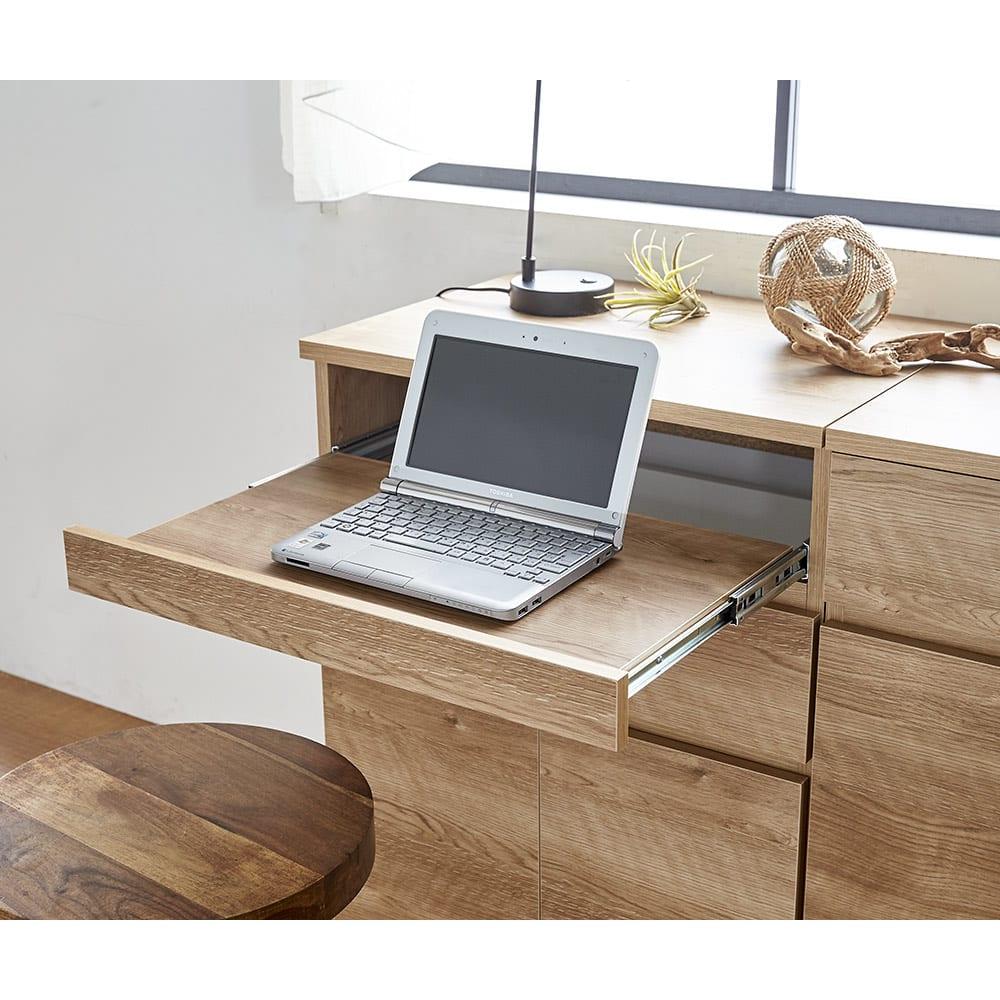 テレワークにも最適 北欧スタイルリビング収納シリーズ PCキャビネット幅90cm スライドトレー部にノートパソコンを収納。キーボードを収納して、デスクトップ型にももちろん対応。