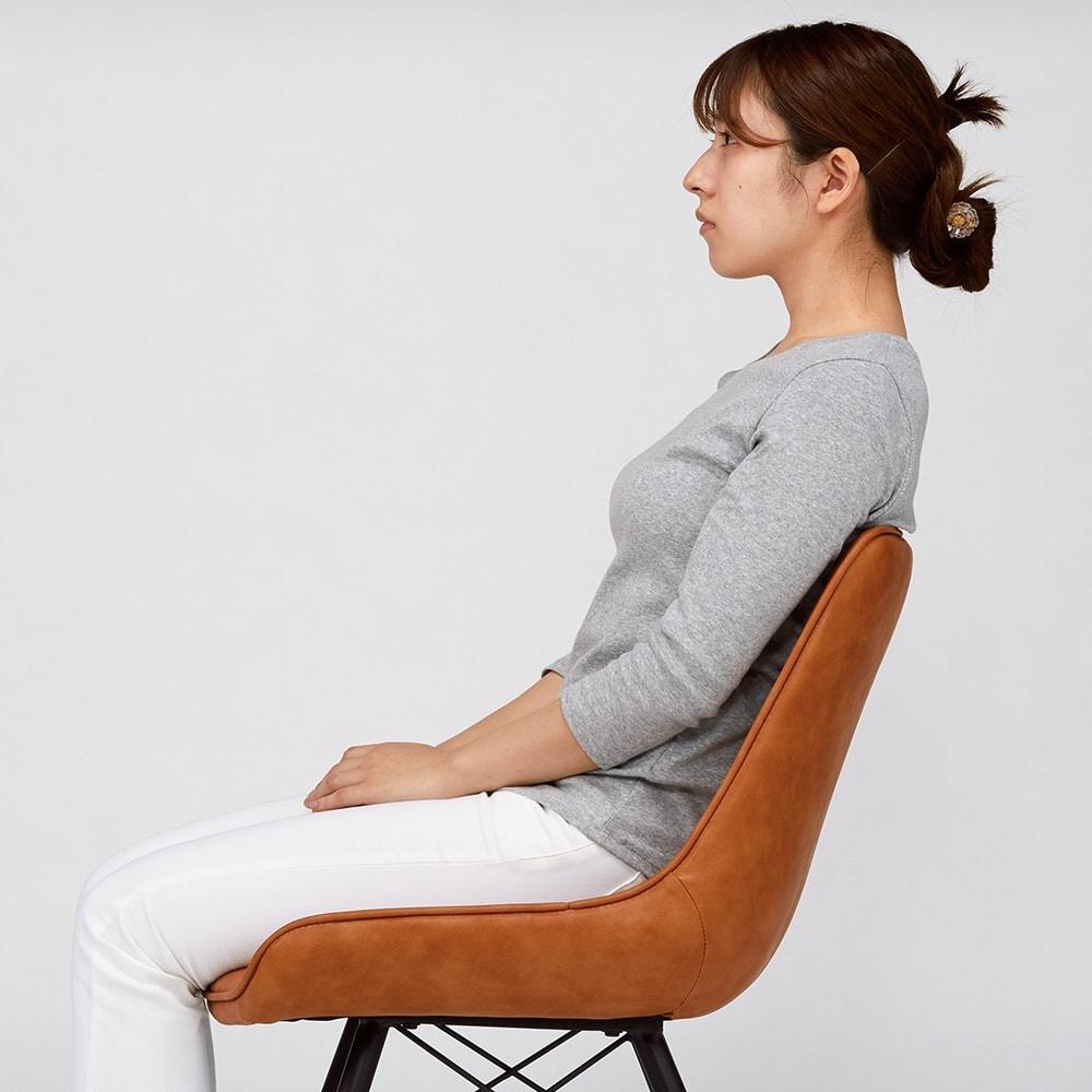 ダイニングになじむワークチェア シック 【クッション性が自慢】お尻と腰にフィットする形状とクッション性で、快適な座り心地を実現。 ※写真はモダンタイプです。お届けの色とは異なります。