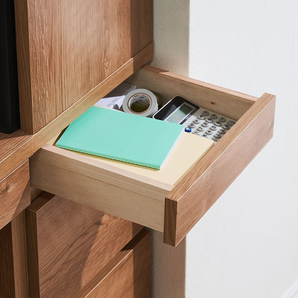 天然木調 薄型コンパクトオフィスシリーズ サイドラック・幅30cm 小サイズの引出し(1段目)は、筆記用具や文房具、メモリ・スマホの充電ケーブルなど細々したモノの収納に。