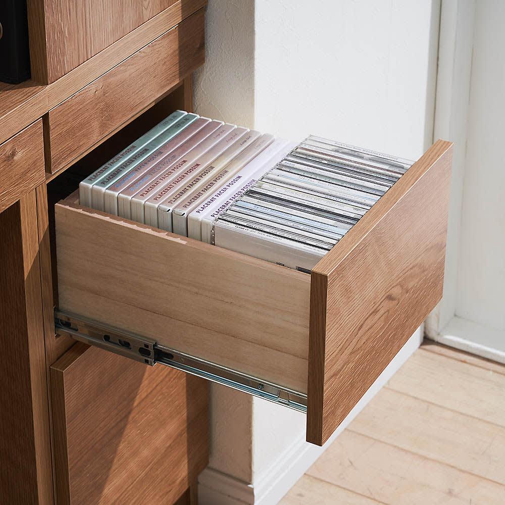 天然木調 薄型コンパクトオフィスシリーズ サイドラック・幅30cm 中サイズの引出し(2段目)は、ブルーレイやDVD、CDがきれいに収まります。ストッパー付きのスライドレールで開閉スムーズです。