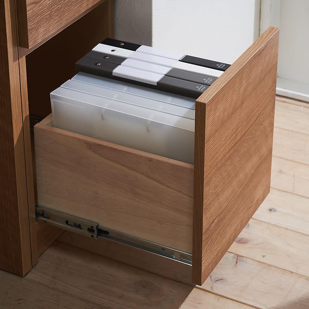天然木調 薄型コンパクトオフィスシリーズ サイドラック・幅30cm 大サイズの引出し(3段目)は、B5ファイル対応サイズで背の高い収納物も入ります。ストッパー付きのスライドレールで開閉スムーズです。