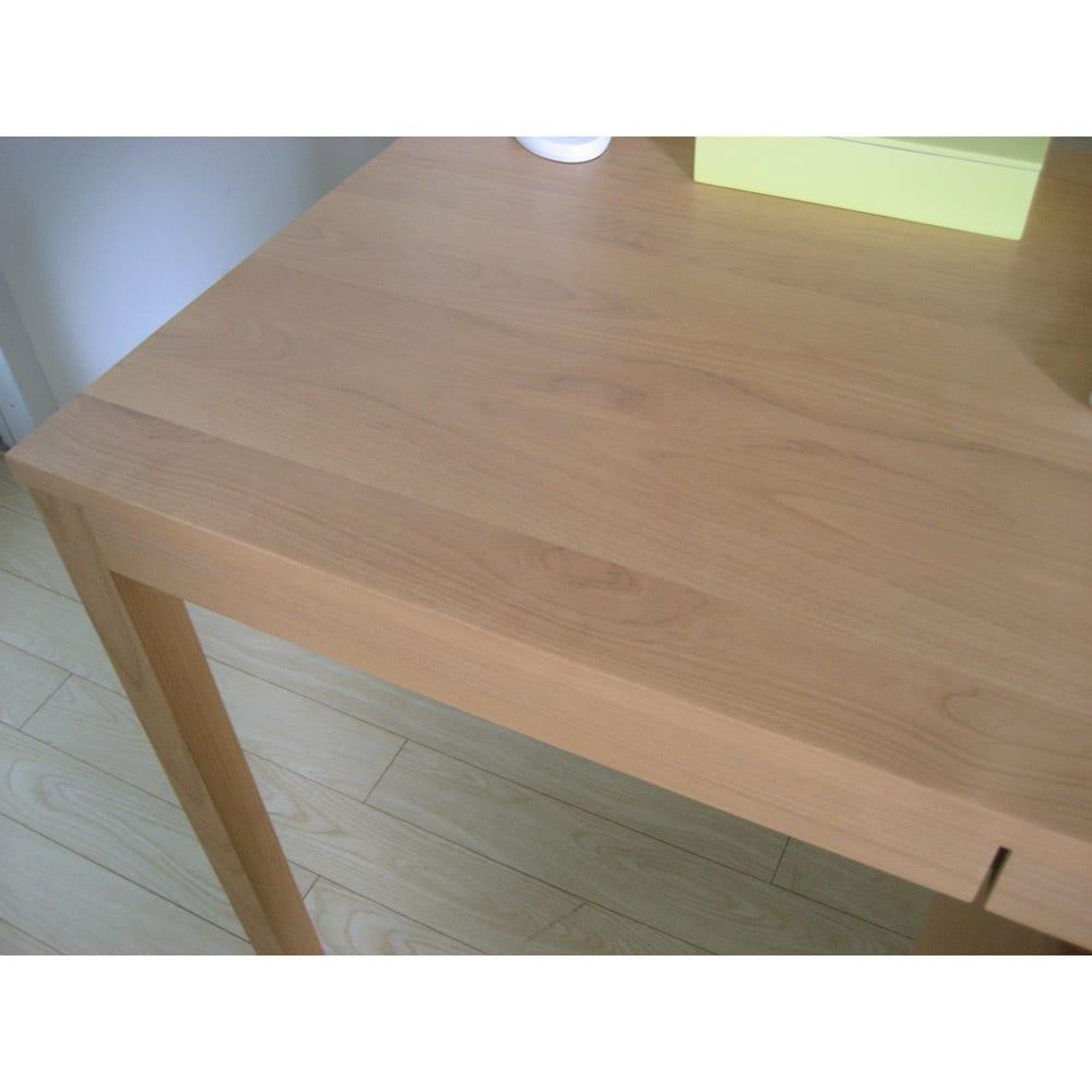 ミニマムデスク TSUKUE(ツクエ)デスク 幅90奥行45cm 天板、前面、脚部はアルダー天然木の無垢材を使用しています。