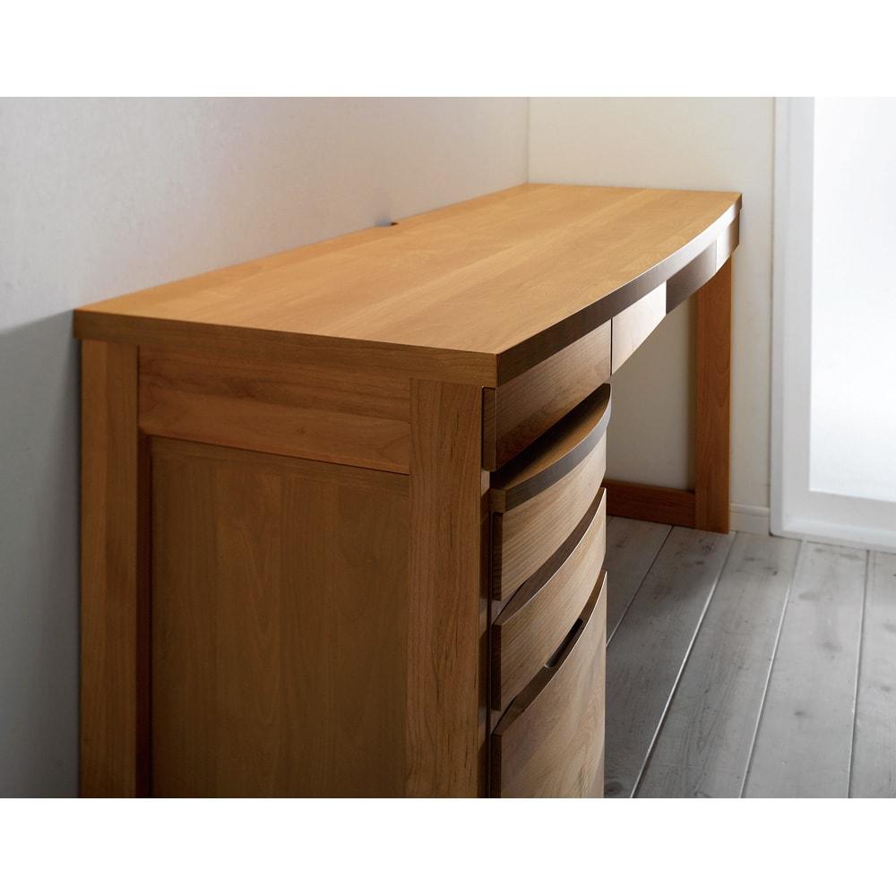 アルダー天然木 アールデザインデスクシリーズ デスク・幅80.5cm なめらかな曲線を描くアールデザインが魅力。アルダー天然木のナチュラルな風合いも、より際立って感じられます。