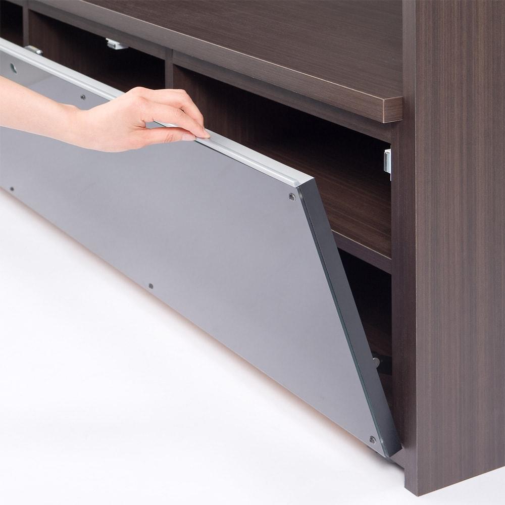 まるで映画館を独り占めの気分!シアター壁面収納 テレビボード 幅120cm テレビ台デッキ収納部はフラップ式ガラス扉。扉の上部が取っ手になっています。ここに手をかけて下に下げるように引くと開きます。ガラスは飛散防止スモークフィルム貼り。