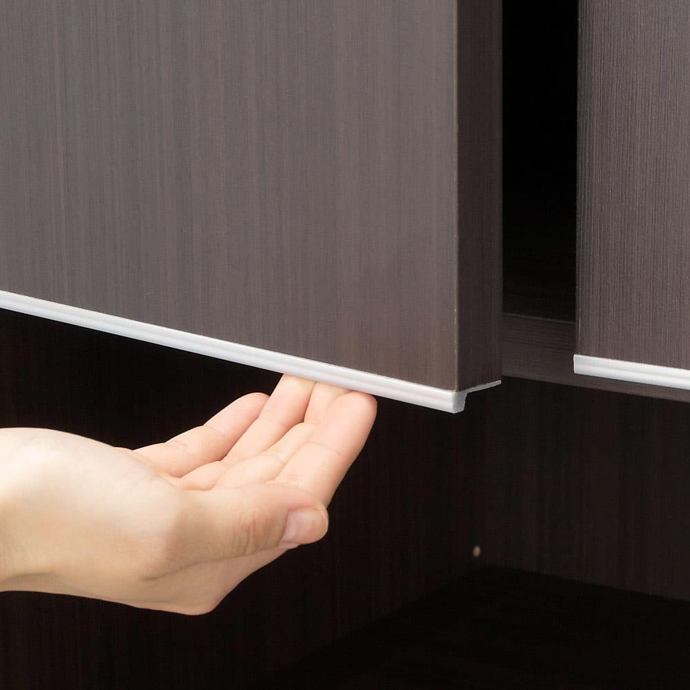 オーダー対応突っ張り式上置き(1cm単位) 幅150cm・高さ51~78cm シルバーのラインがある縁が取っ手になっています。指をかけて扉を開閉します。
