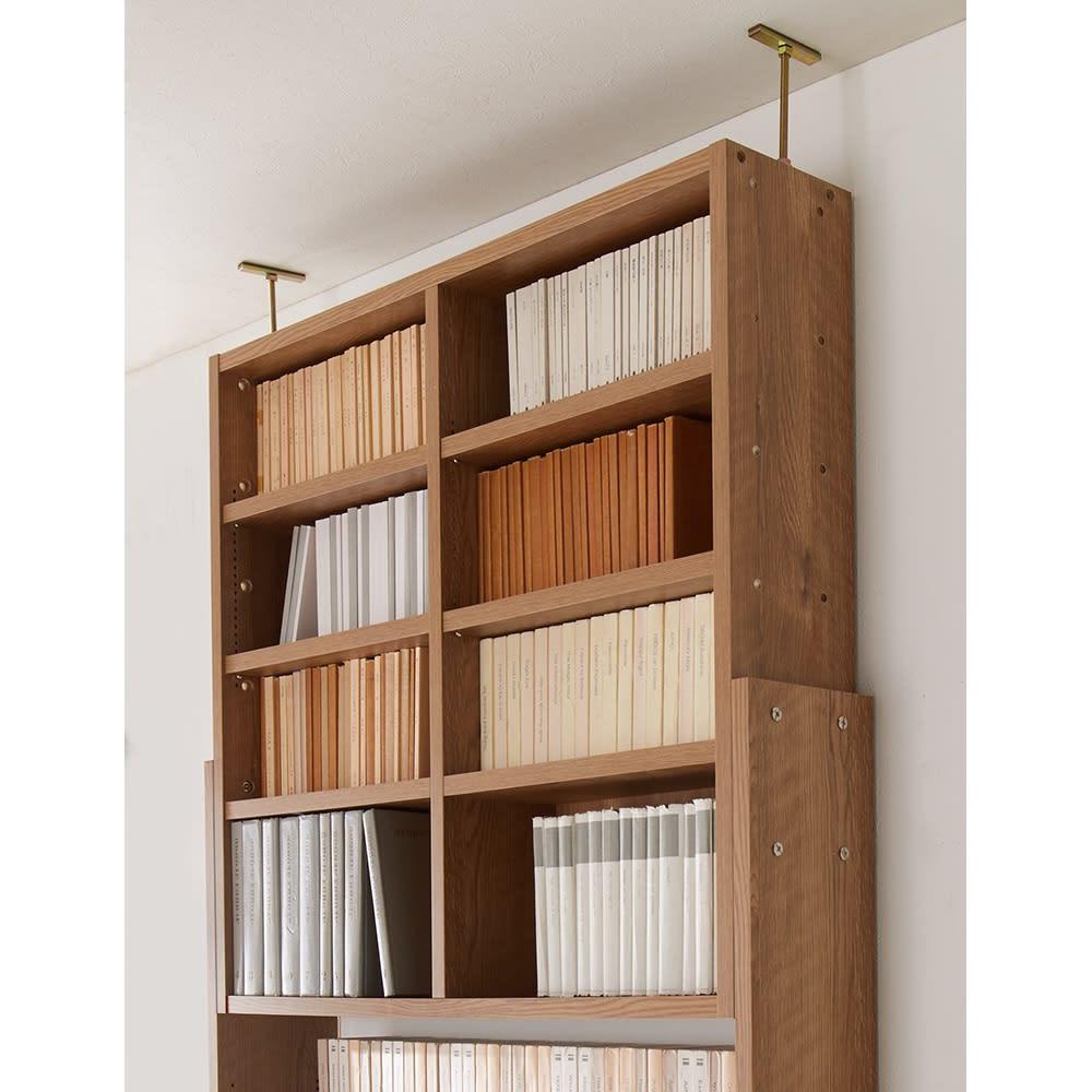 1台で壁いっぱいに本を収納!本好きのための壁面つっぱり本棚 本体幅60奥行29.5cm 本体の上棚部分をスライドさせて、高さ調節。つっぱり金具は側板内に収まる設計で収納部分をじゃましません。