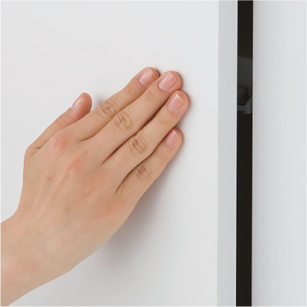 効率収納できる段違い棚シェルフ [突っ張り上置き 板扉タイプ 開き戸 幅90cm] 上置き高さ54.5cm 開き戸は取っ手のないすっきりデザインのプッシュ式。
