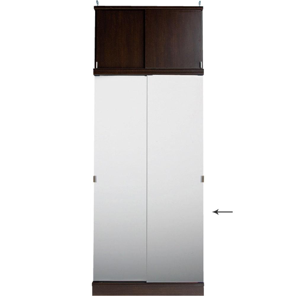 効率収納できる段違い棚シェルフ [本体 ミラー扉タイプ 引き戸 幅90cm] 奥行36cm 高さ180cm 突っ張り上置きとの設置例 幅が同じサイズであれば、ミラー扉と板扉は組み合わせ可能です。写真はミラータイプの本体と板扉の上置きとの設置例です。