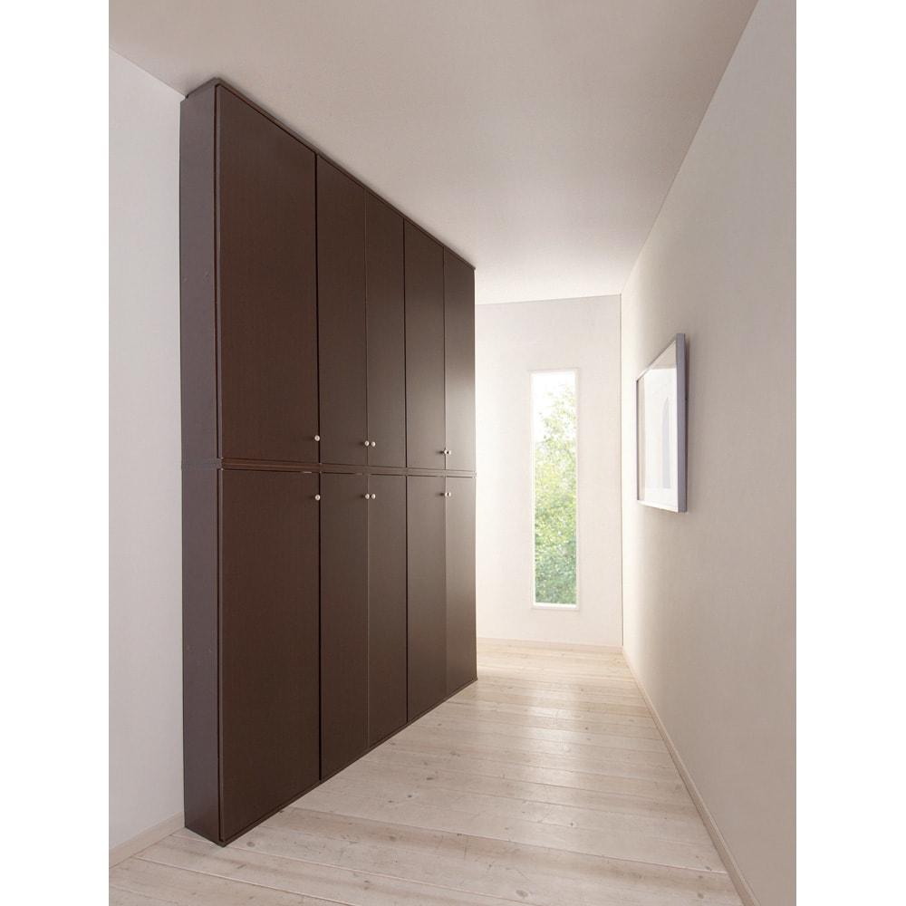 天井対応高さを選べるすっきり突っ張り書棚 奥行39cm段違いタイプ 本体高さ200cm(天井対応高さ203~213cm) 廊下など狭いスペースに。 (使用イメージ)(イ)ダークブラウン