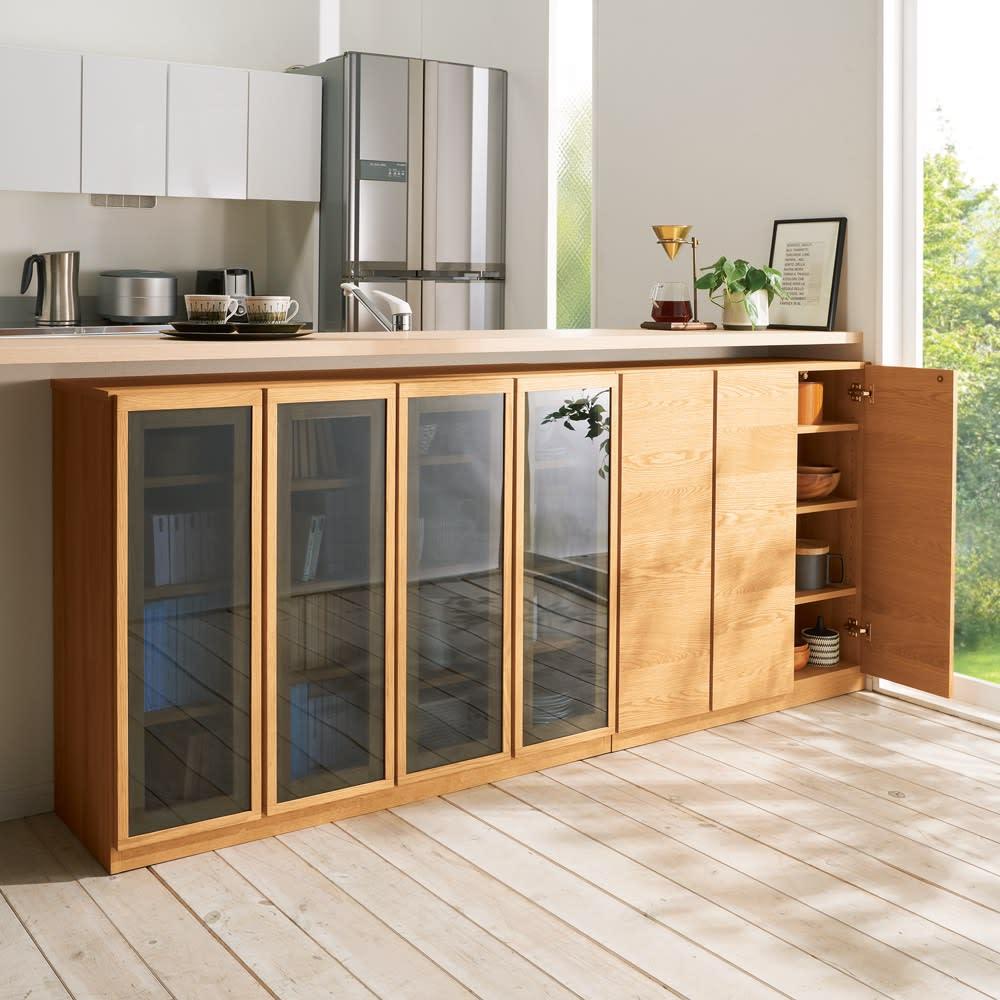 【完成品】扉が選べるオーク材のモダン本棚 板扉 幅60cm ガラス扉タイプは食器やグラスが美しく飾れるのでカウンター下収納としてもおすすめです。※左から幅120cm ガラス扉、幅90cm 板扉になります。