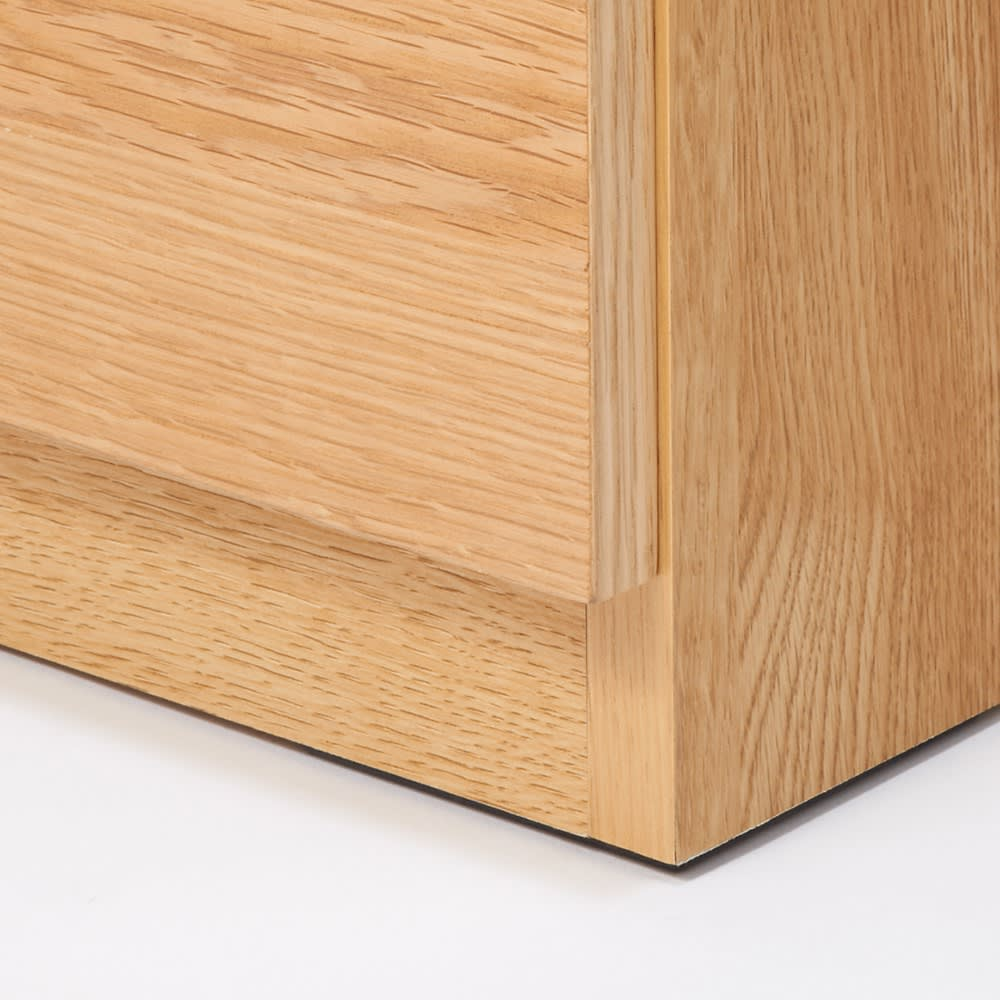 【完成品】扉が選べるオーク材のモダン本棚 板扉 幅60cm 扉は床からすこし高くなっているので前にラグを敷いても開けることができます。