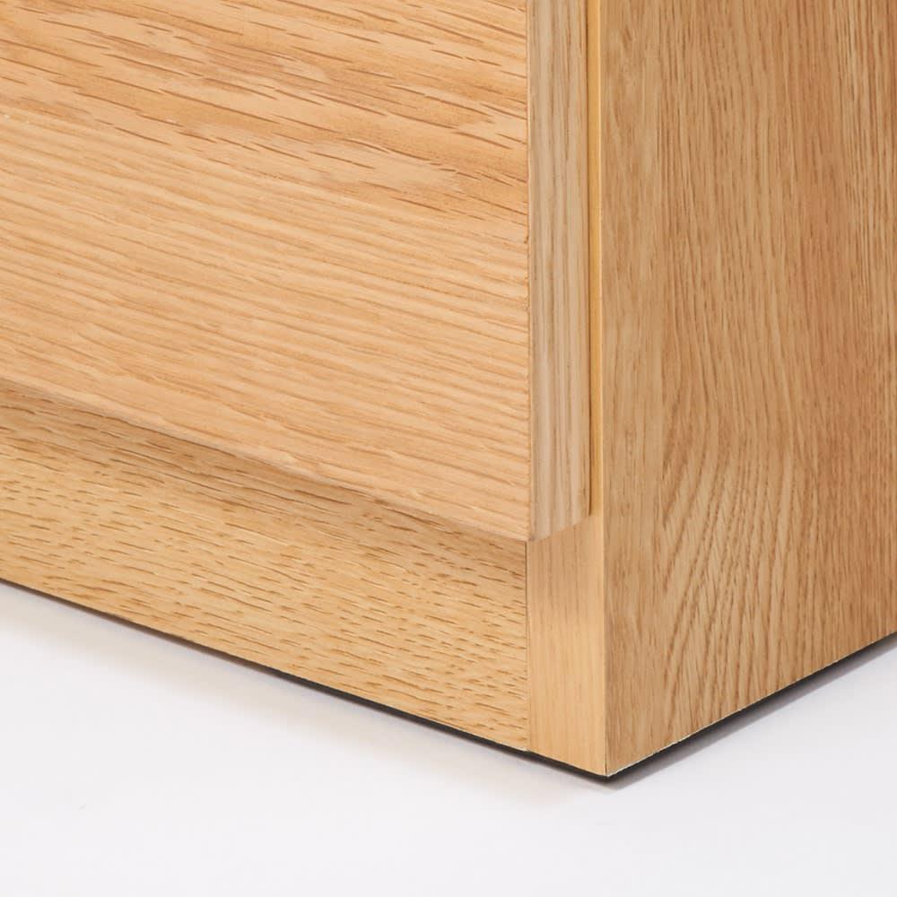 【完成品】扉が選べるオーク材のモダン本棚 ガラス扉 幅90cm 扉は床からすこし高くなっているので前にラグを敷いても開けることができます。