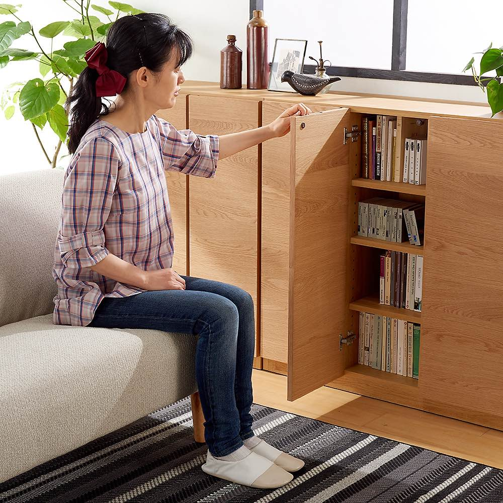 【完成品】扉が選べるオーク材のモダン本棚 ガラス扉 幅90cm 高さ90cmはソファに座りながら開けやすいサイズです。