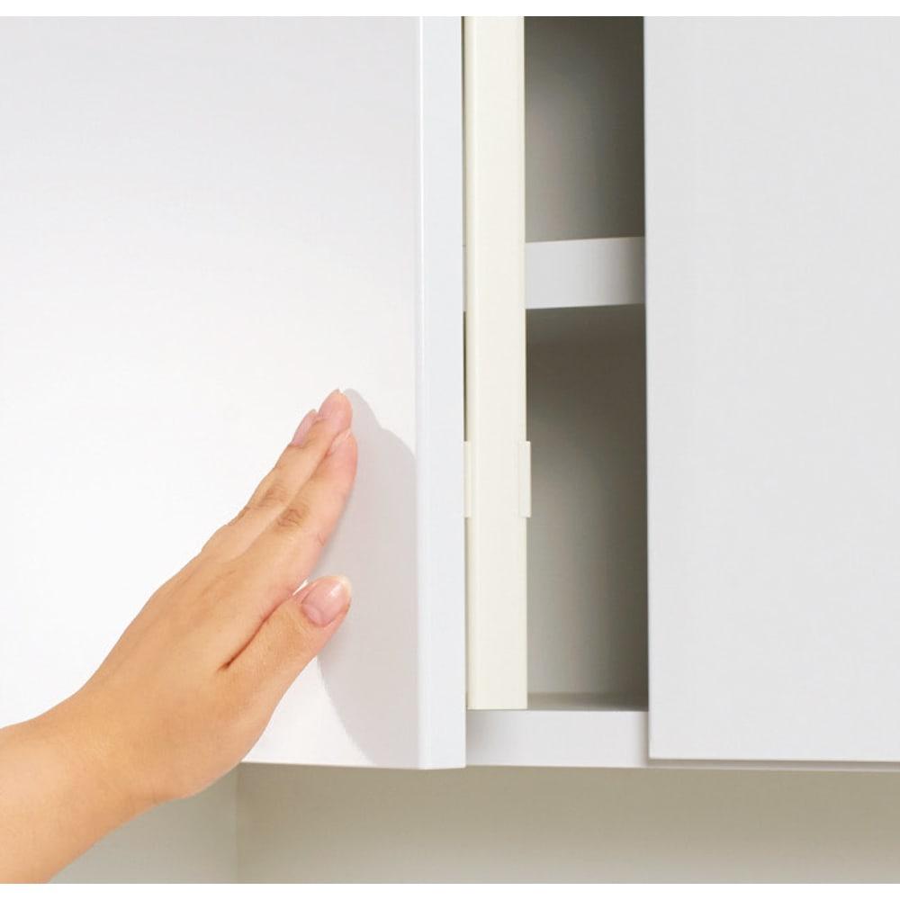 LEDライト付きコレクションシェルフ 引き出し付き 幅58cm 扉はプッシュ式で、防塵フラップも装備。