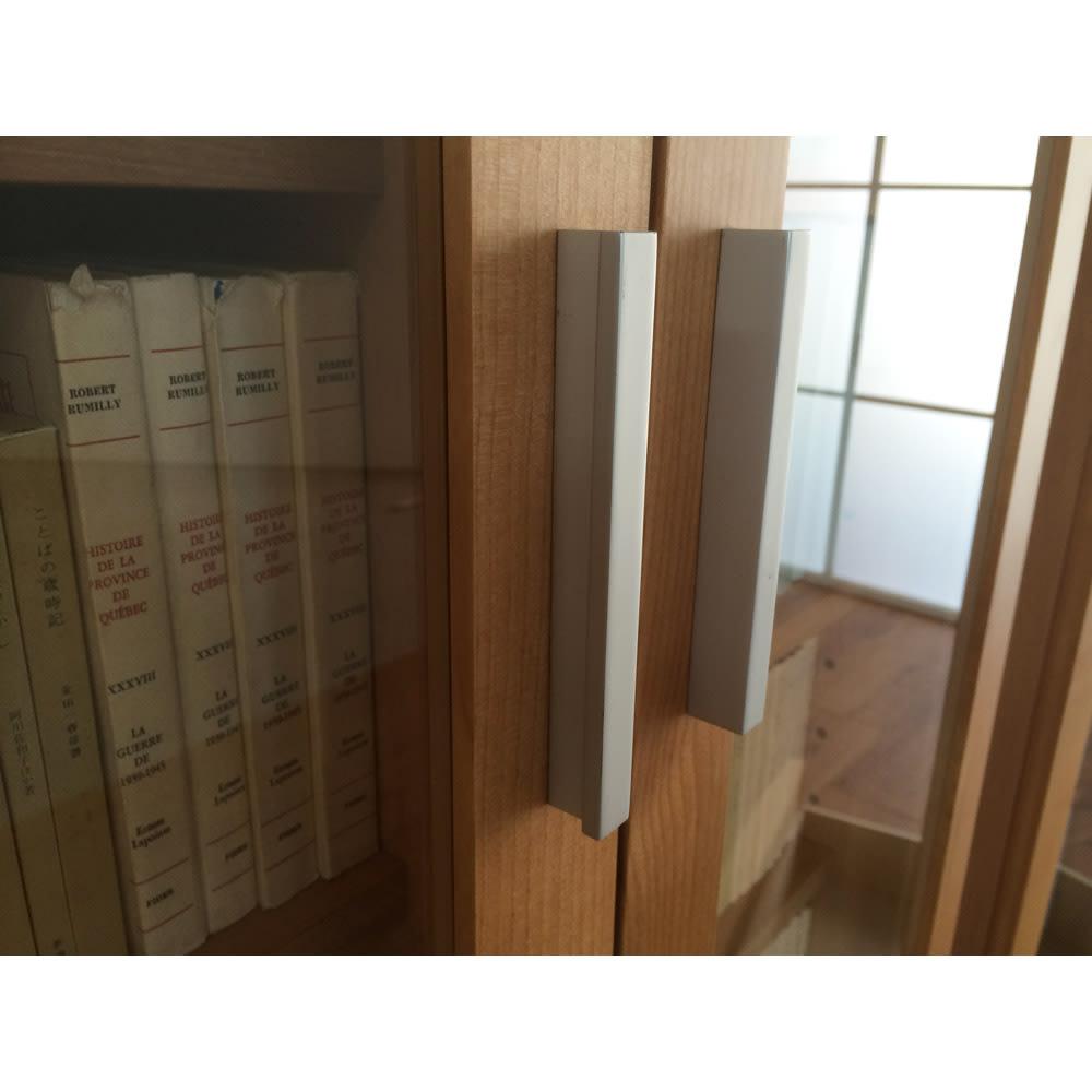 アルダー天然木頑丈書棚幅77奥行42ミドルタイプ高さ130cm スタイリッシュな取っ手がアクセント。