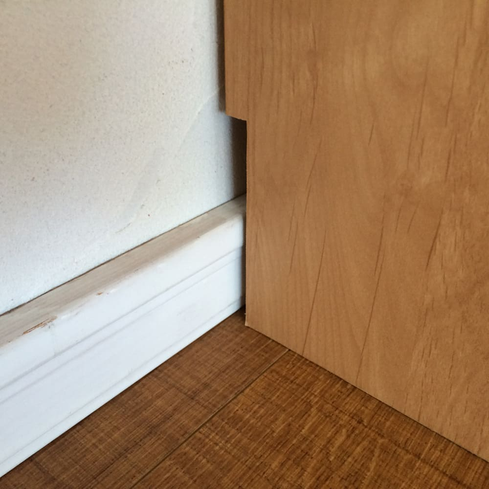 アルダー天然木頑丈書棚幅77奥行42ミドルタイプ高さ130cm 幅木カット(1×10cm)で壁にぴったり設置できます。