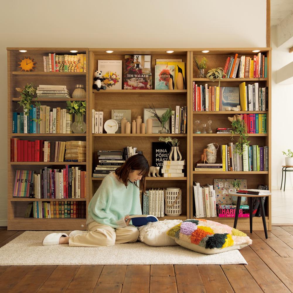 美しく本を照らすLED付き 本を愛する人のための書店風本棚 幅100cm コーディネート例(ウ)ブラウン(ライト消灯時)
