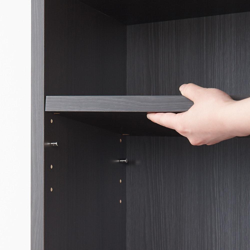 モダンブックライブラリー 天井突っ張り式 デスクタイプ 幅60cm 棚板は3cm間隔で調整できるので、A4ファイル・文庫本・CD・DVDなどあらゆる収納物に対応します。