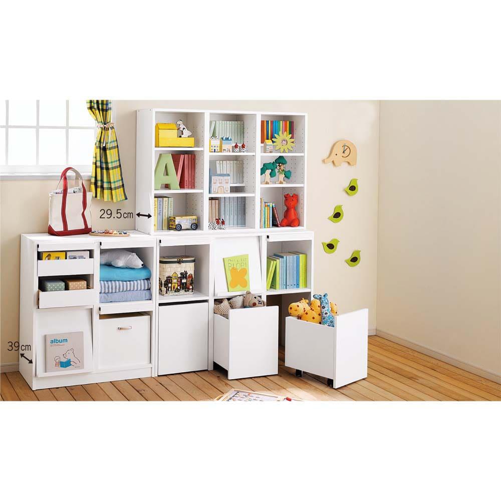 奥行29.5cm 薄型マガジンキャビネット ベース 段違い棚オープンタイプ1列[高さ85・幅37.5cm] [コーディネイト例] (イ)ホワイト ボックスタイプは子供にも収納しやすく、キッズルームのおもちゃや衣類の収納にぴったり。