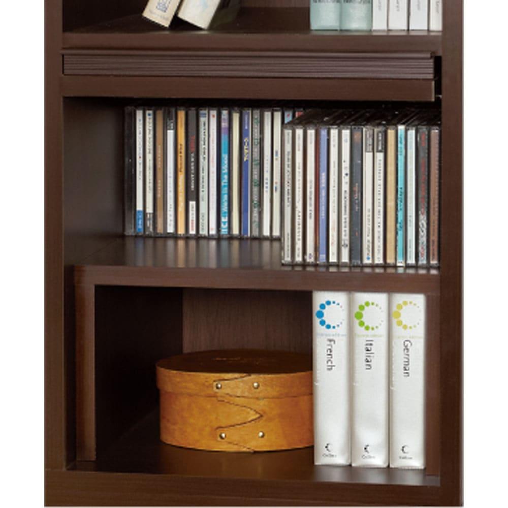 奥行29.5cm 薄型マガジンキャビネット 専用収納プチ棚2個セット(本体奥行24cm) (ウ)ダークブラウン [コーディネイト例] 扉内部を2段に分割できるプチ棚は、CDや文庫本の整理収納に大活躍。