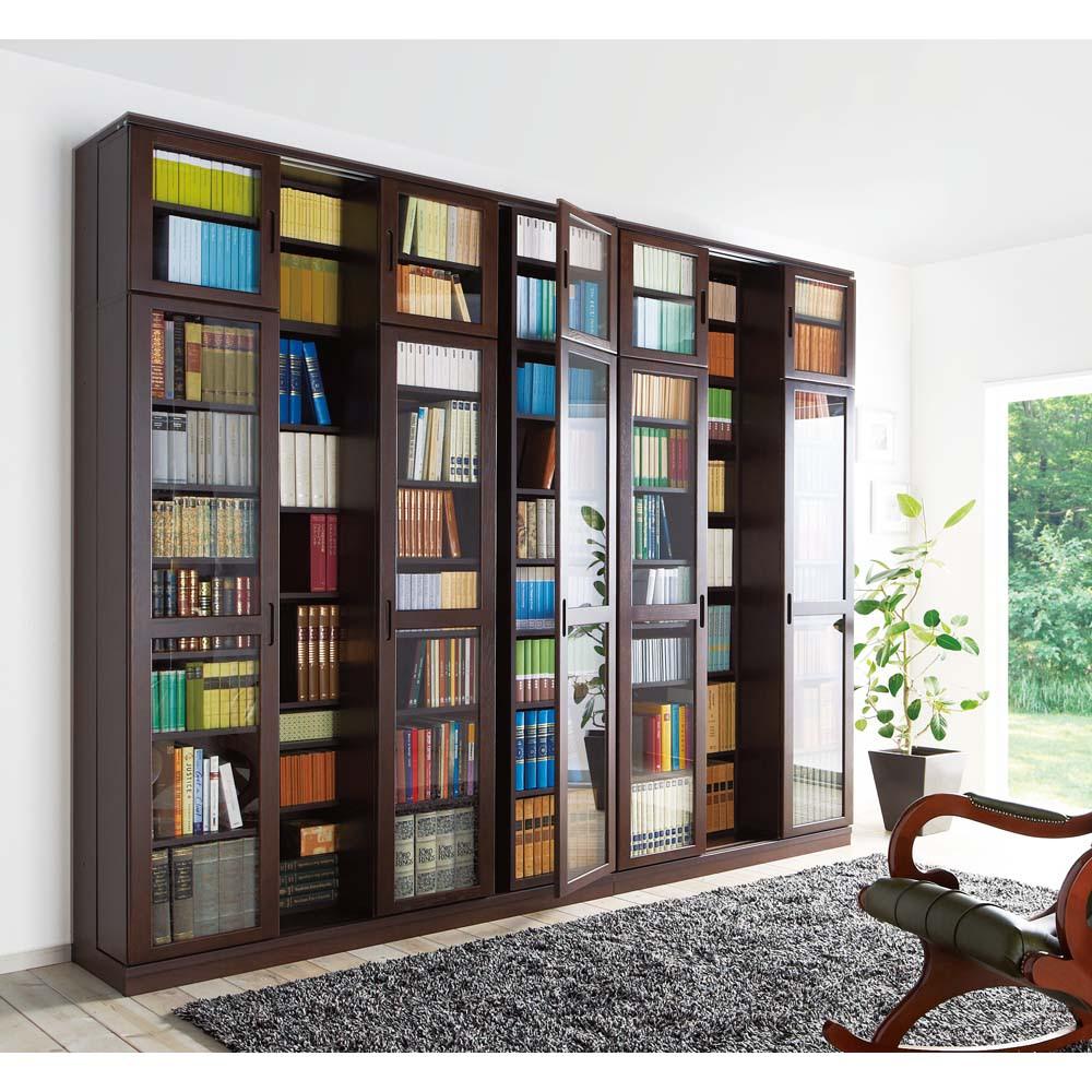 本格仕様 快適スライド書棚 タモ天然木扉付き・上置き付き 3列 (使用イメージ)(ア)ダークブラウン