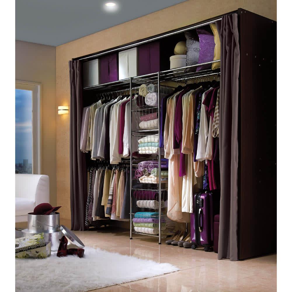 カーテン付き アーバンスタイルクローゼットハンガー 引き出し付きタイプ・幅176~252cm対応 ダウンライトの落ち着いた雰囲気にも合うラグジュアリーな衣類収納ハンガーです。