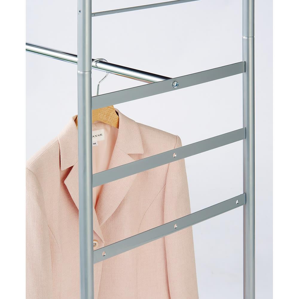 奥行79cm 上下カーテン付き突っ張り頑丈ハンガーラック ロータイプ・【標準】幅137~230cm対応 下段ハンガーバーは3段階に高さ調節ができます。お持ちの洋服の丈に合わせてご使用ください。