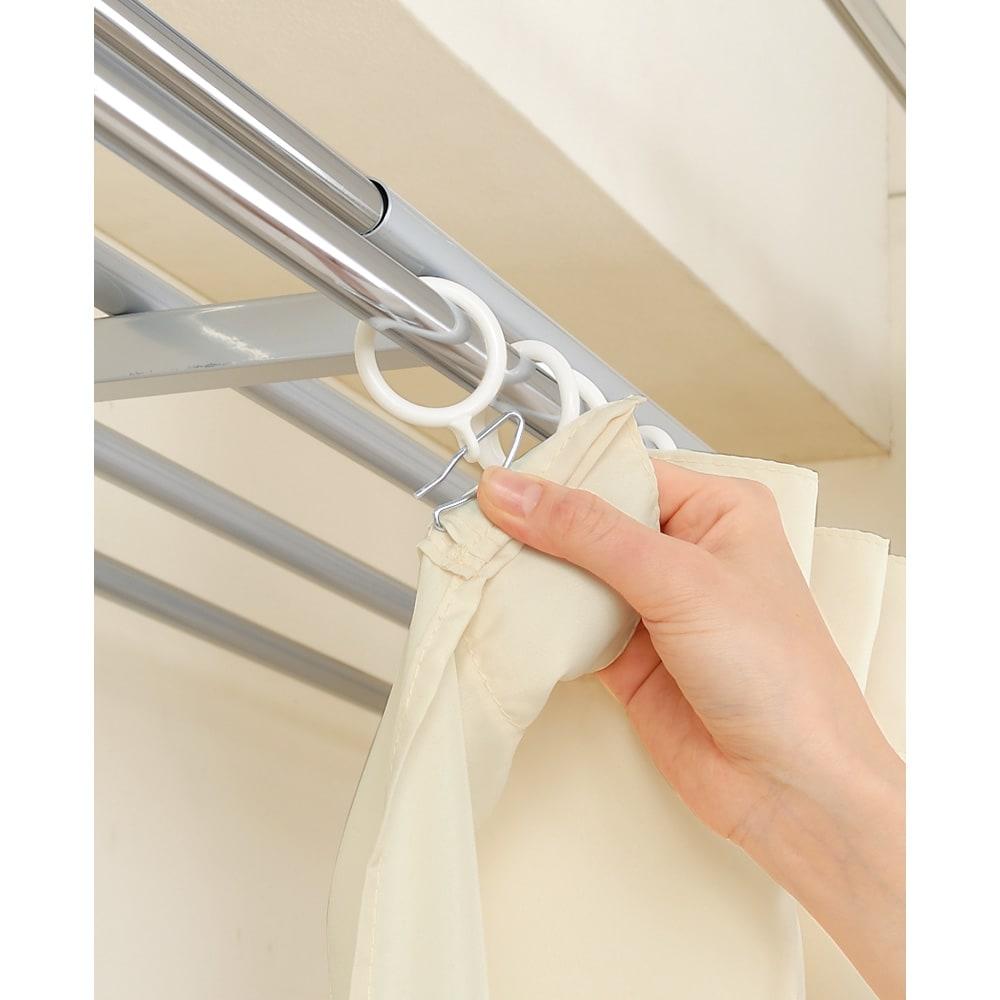 奥行79cm 上下カーテン付き突っ張り頑丈ハンガーラック ハイタイプ・【ワイド】幅260~340cm対応 前面のカーテンはお好みのものに付け替えが可能です。お部屋の雰囲気に合わせてお好きなカーテンに付け替えてください。