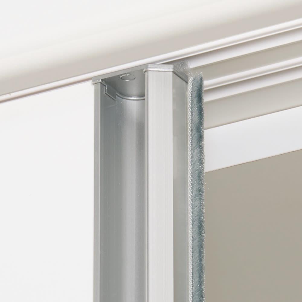 完全受注生産のこだわり仕様 引き戸ワードローブ 幅75~90cm(幅1cmオーダー) 扉の内側には防塵カバー付き。内部へのチリ、ホコリなどの侵入を防ぎ、衣類を清潔に保ちます。