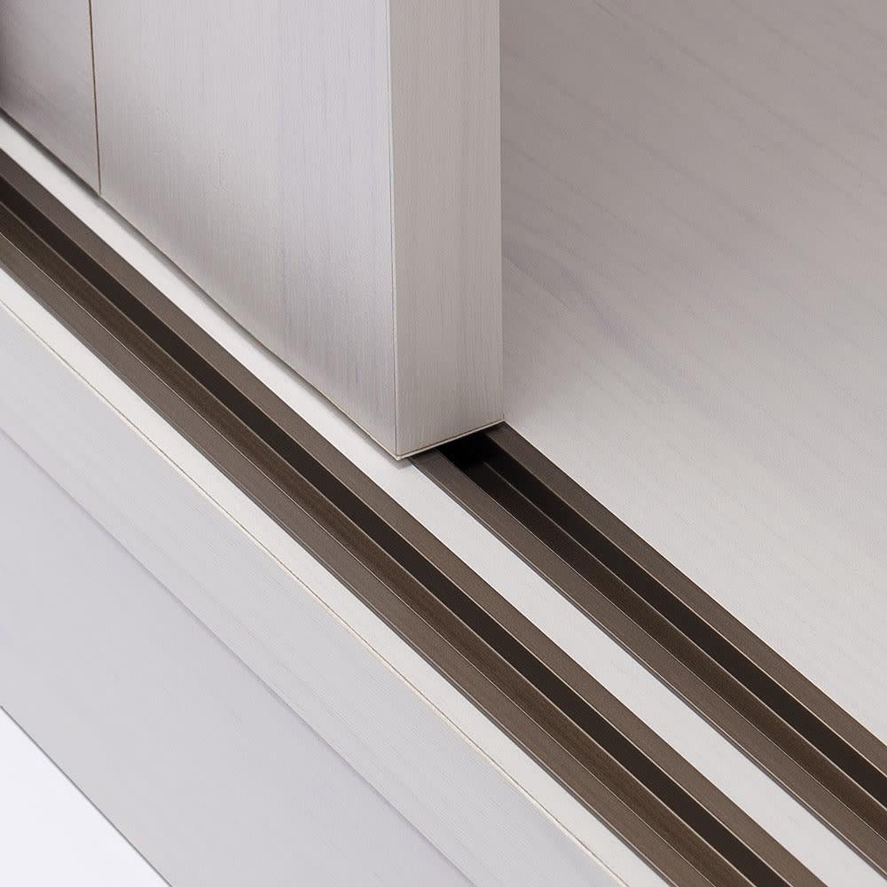 通気性の良い 引き戸ルーバーワードローブ 幅90cm 引き戸は戸車でストレスなくスムーズに動きます。