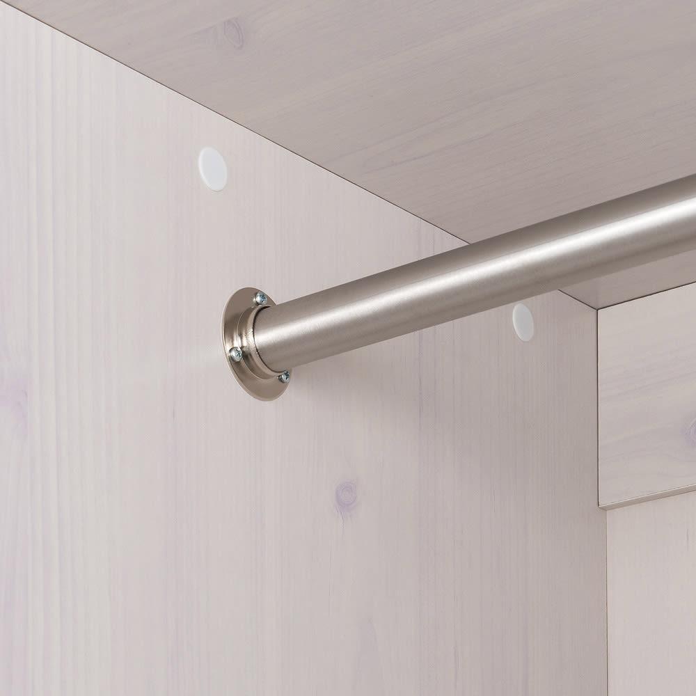 通気性の良い 引き戸ルーバーワードローブ 幅120cm 強度のある径の太いハンガーバーを使用し、衣類の重みをしっかり支えます。