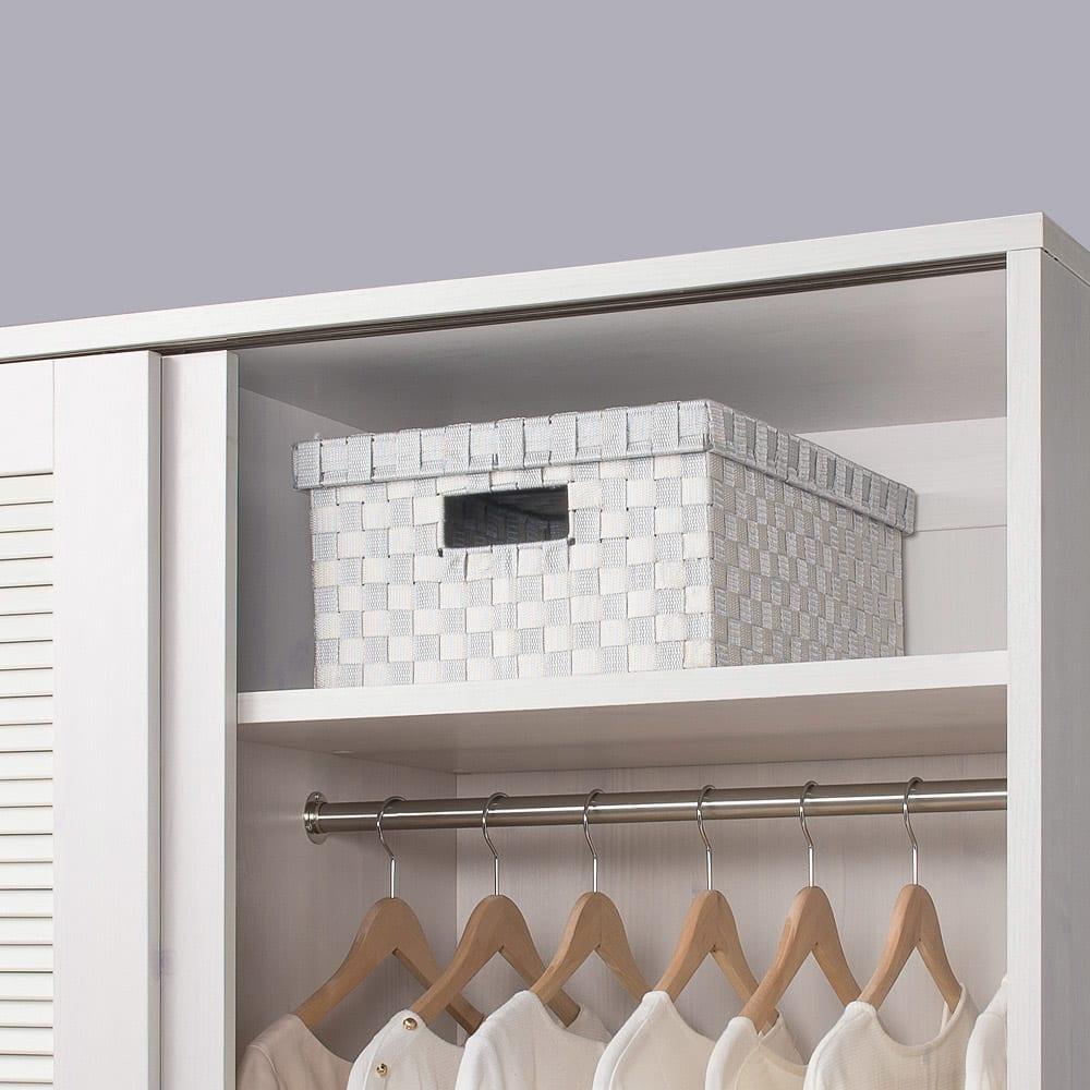 通気性の良い 引き戸ルーバーワードローブ 幅120cm 上棚は使用頻度の低いバッグや靴の収納など、便利に使えます。