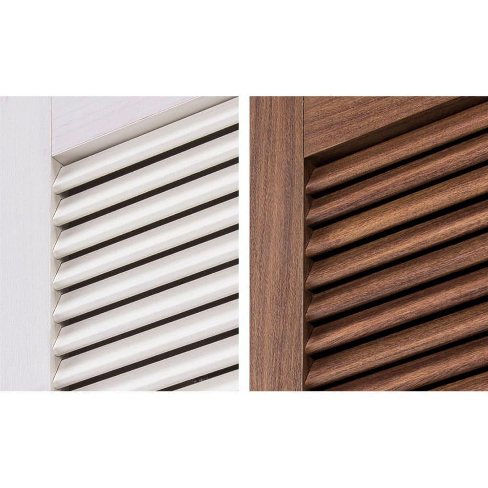 通気性の良い 引き戸ルーバーワードローブ 幅150cm 風通しの良いルーバー扉。通気性に優れるルーバーは、内部に湿気や臭いがこもりにくく、衣類を清潔に保ちます。 ※写真左から(ア)ホワイト(イ)ダークブラウン