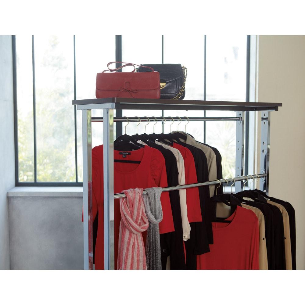上下棚付き モダン頑丈ハンガーラック ダブル・幅120cm ハンガーバーが上下に位置をずらして設置できるので、肩があたらず衣類収納上手です。