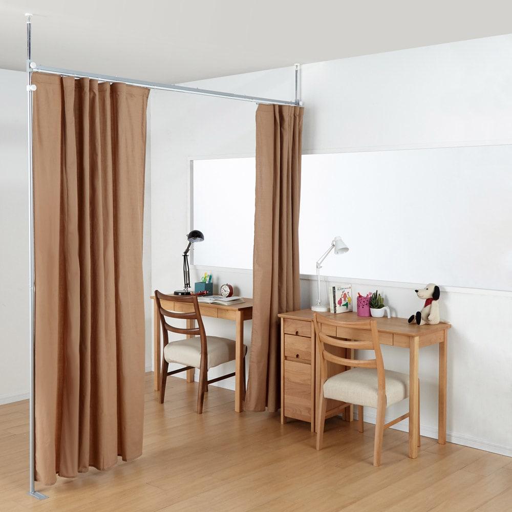 突っ張り&伸縮式目隠しカーテン リングタイプ お子様部屋の仕切りとしても便利です。二つの部屋を気軽に行き来できるカーテン仕様なら圧迫感なく空間を広々とお使いいただけます。(オ)ブラウン ※この写真はレールタイプとなります。