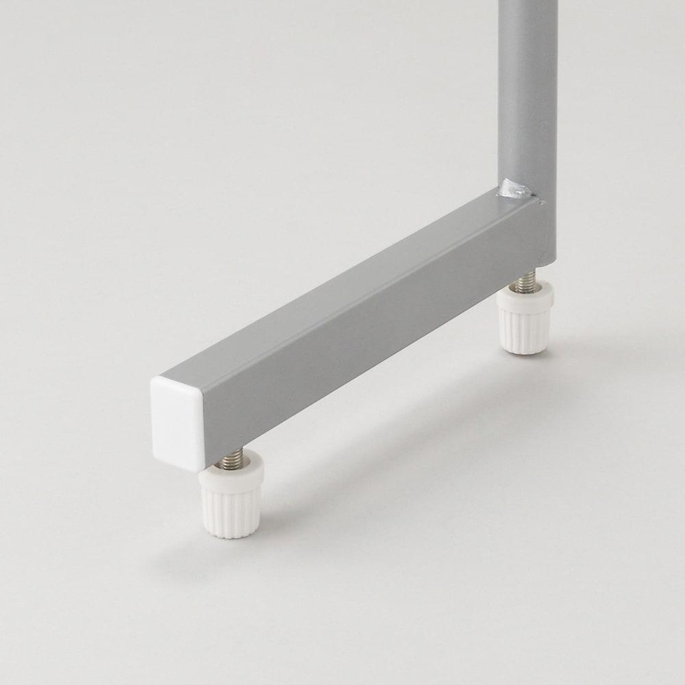 突っ張り&伸縮式目隠しカーテン リングタイプ L字型の脚部を採用することにより、設置するときに安定させます。※リングタイプとレールタイプでは脚の形状が異なります。こちらはリングタイプの脚部形状です。