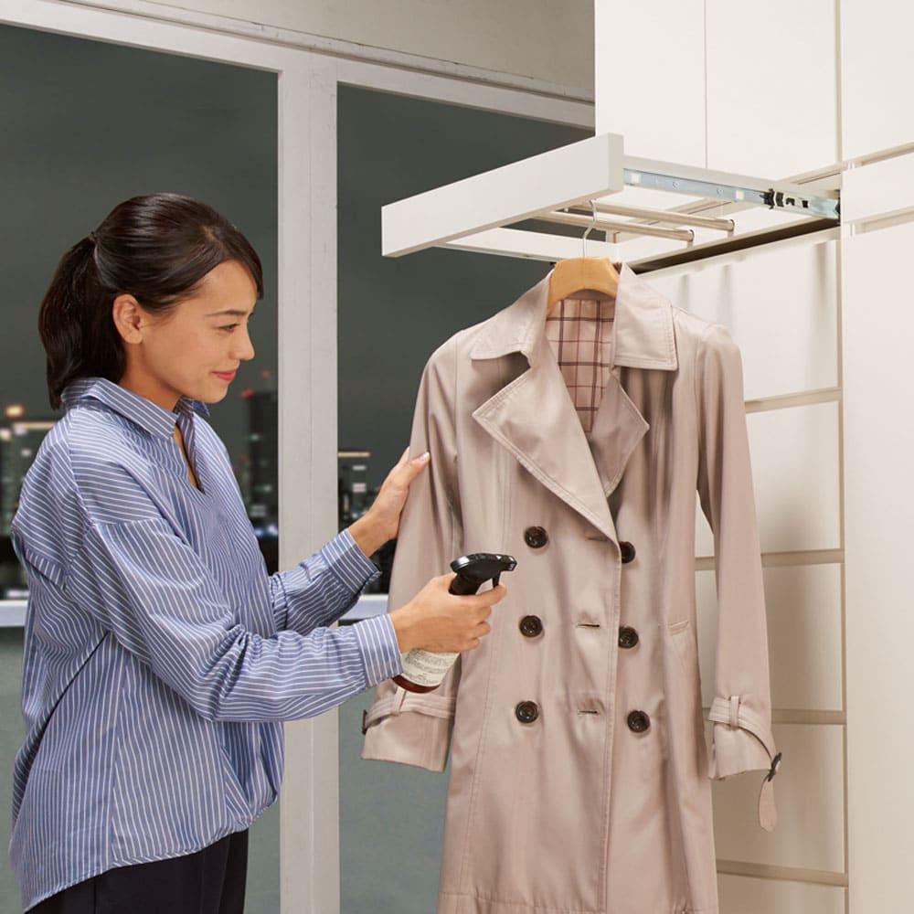 必要な時だけ引き出せるちょいかけハンガー付きクローゼット ハンガー1段可動棚2枚 幅60cm お気に入りのコートやシャツの休息スペースに。帰宅後に脱いだ衣服の湿気をとばすなどメンテナンスに便利。