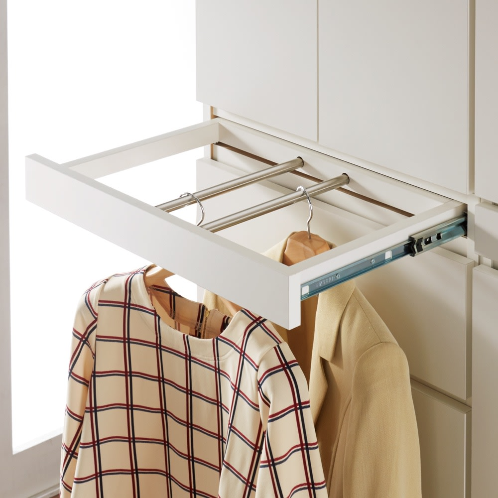 必要な時だけ引き出せるちょいかけハンガー付きクローゼット 棚7段 幅60cm 前後にスライドする2本のハンガーバー付き。衣服が正面を向くのでお手入れがラクです。