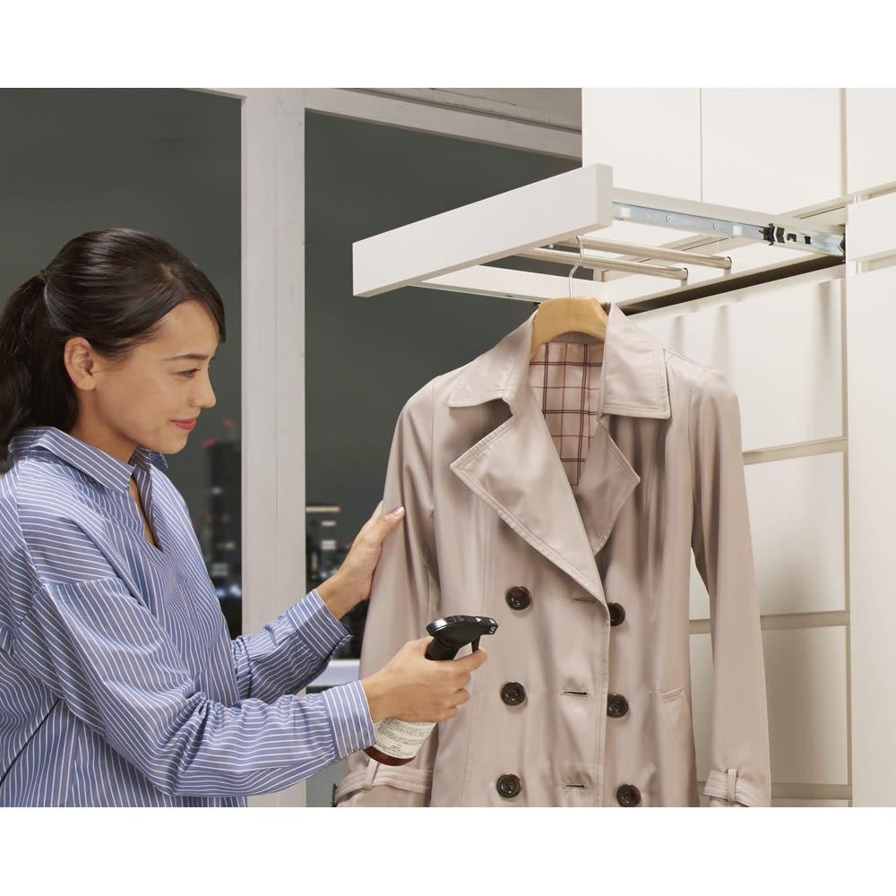 必要な時だけ引き出せるちょいかけハンガー付きクローゼット 棚7段 幅80cm 【お気に入りのコートやシャツの休息スペースに】帰宅後に脱いだ衣服の湿気をとばすなどメンテナンスに便利。翌日のコーディネートの準備にもおすすめです。