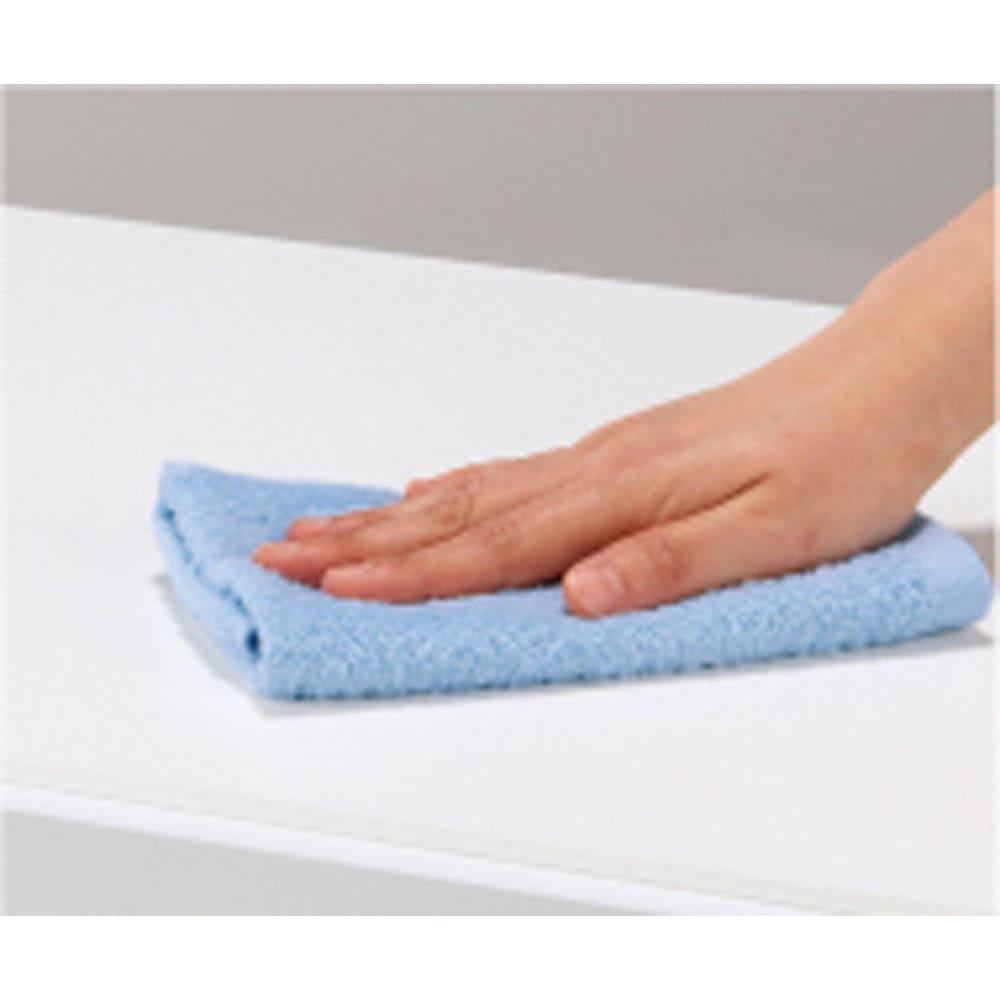 奥行46cmキャスター付きツヤツヤチェスト 幅80cm・3段 水や汚れに強い天板。サッと一拭きでお手入れ簡単。