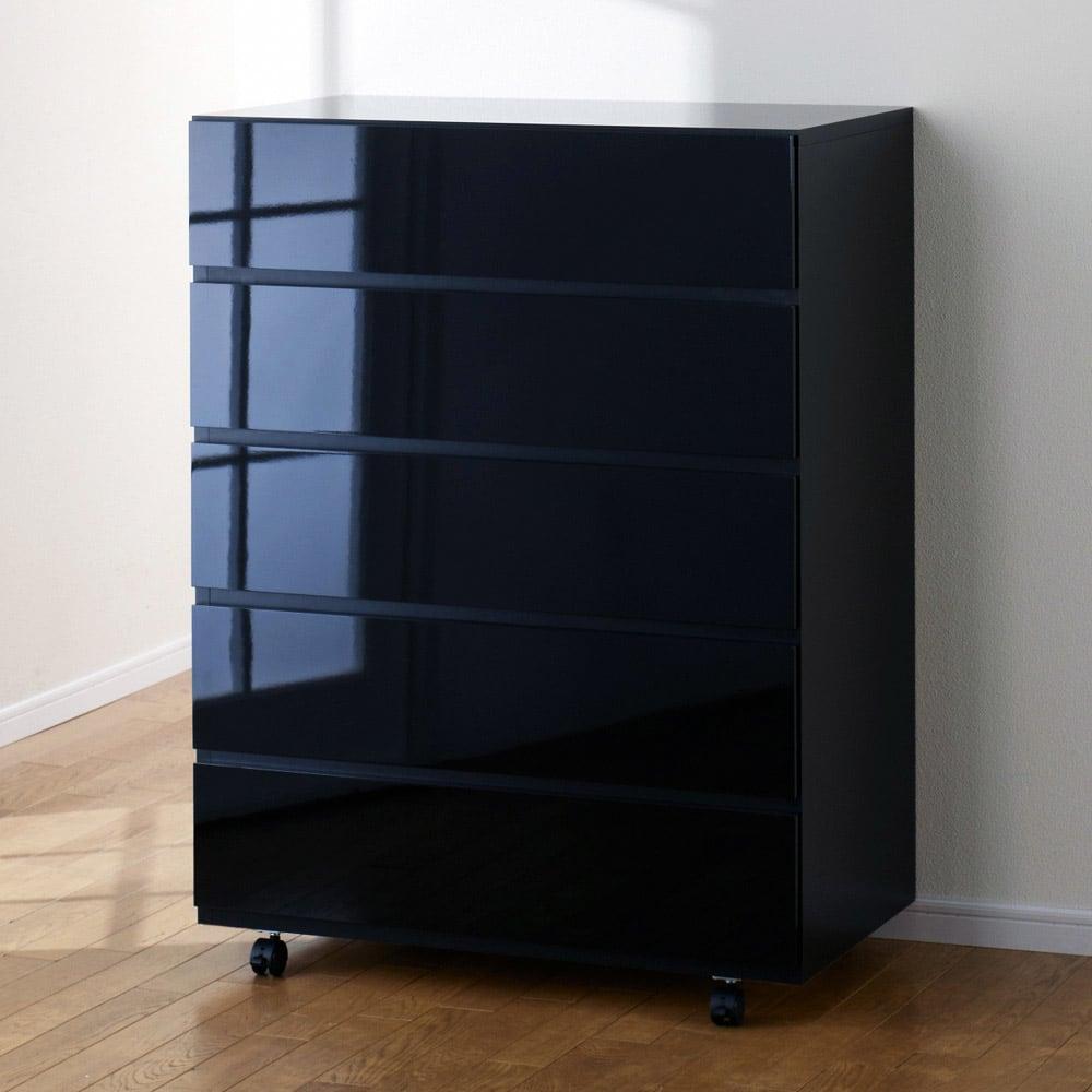 奥行46cmキャスター付きツヤツヤチェスト 幅80cm・5段 (イ)ブラック ツヤツヤの光沢感をご堪能ください。