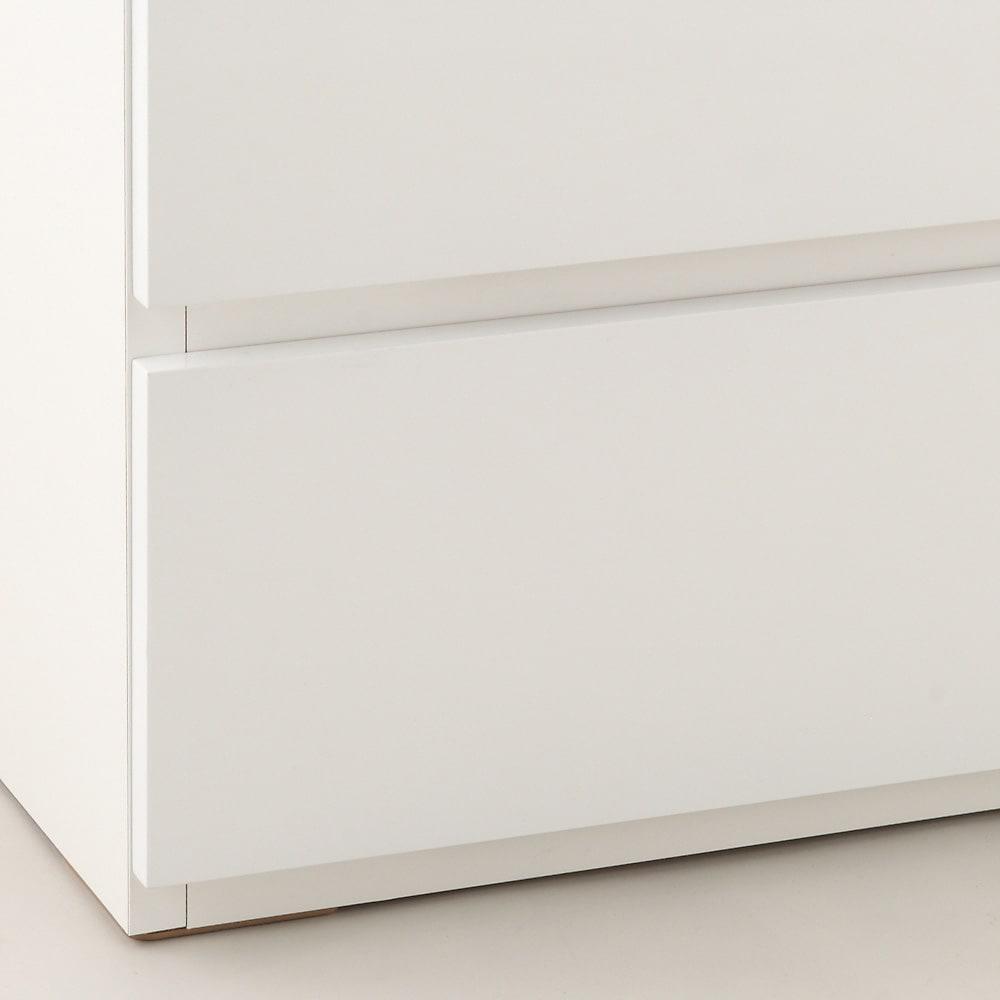 奥行46cmキャスター付きツヤツヤチェスト 幅80cm・5段 床から引き出しの底辺までは約2cm。(キャスター未使用時)