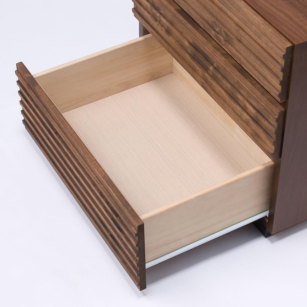 天然木横格子柄のローチェスト 幅60cm・4段 レール付でスムーズな開閉。奥のものも取り出しやすいです。