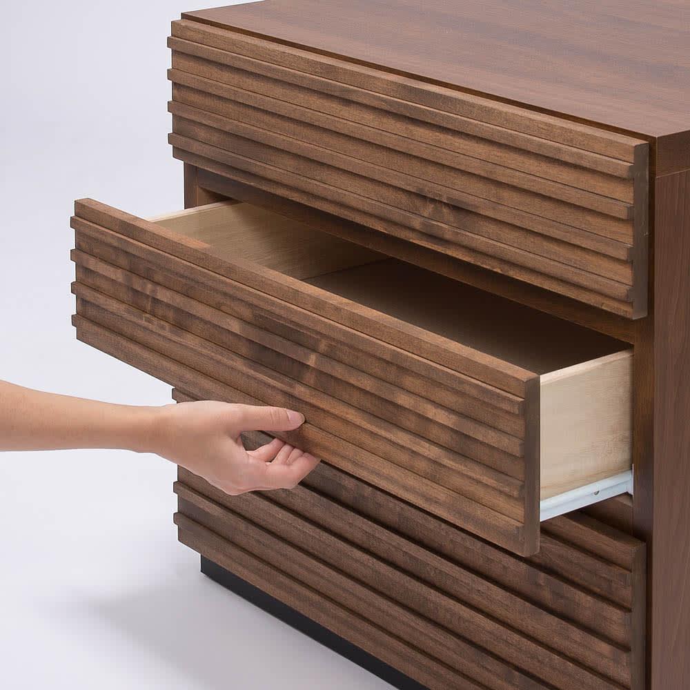 天然木横格子柄のローチェスト 幅90cm奥行44cm・4段 手掛け部は前板の下にあります。