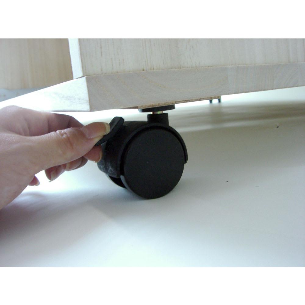 【衣類に優しい押し入れ収納】総桐スライドレール 押し入れタンス 3段ワイド 高さ69cm キャスターのストッパーはつまみを上げ下げするだけで簡単にセット&解除できます。