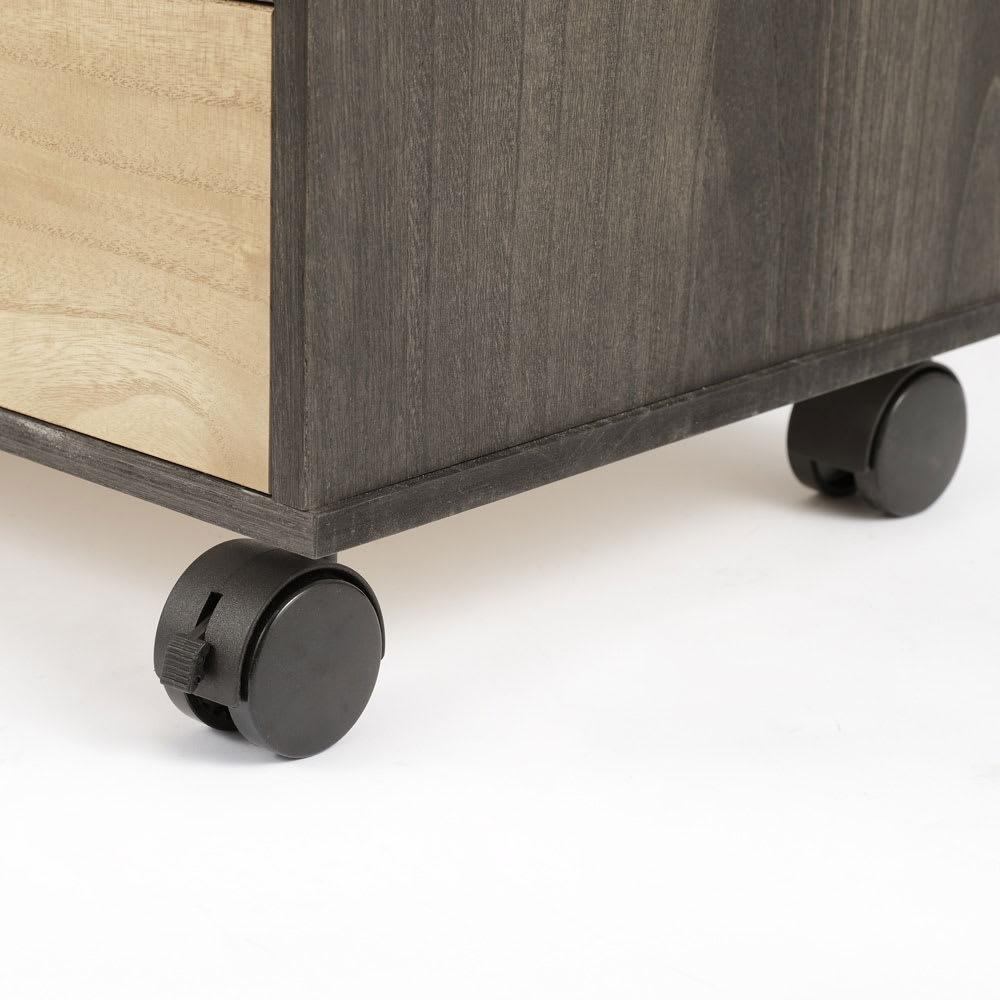 【洗練されたモダンデザイン】バイカラー総桐モダンチェスト 4段 幅100cm・高さ77cm 移動やお掃除もラクなキャスター付き。4個のうち2個はストッパー付きです。