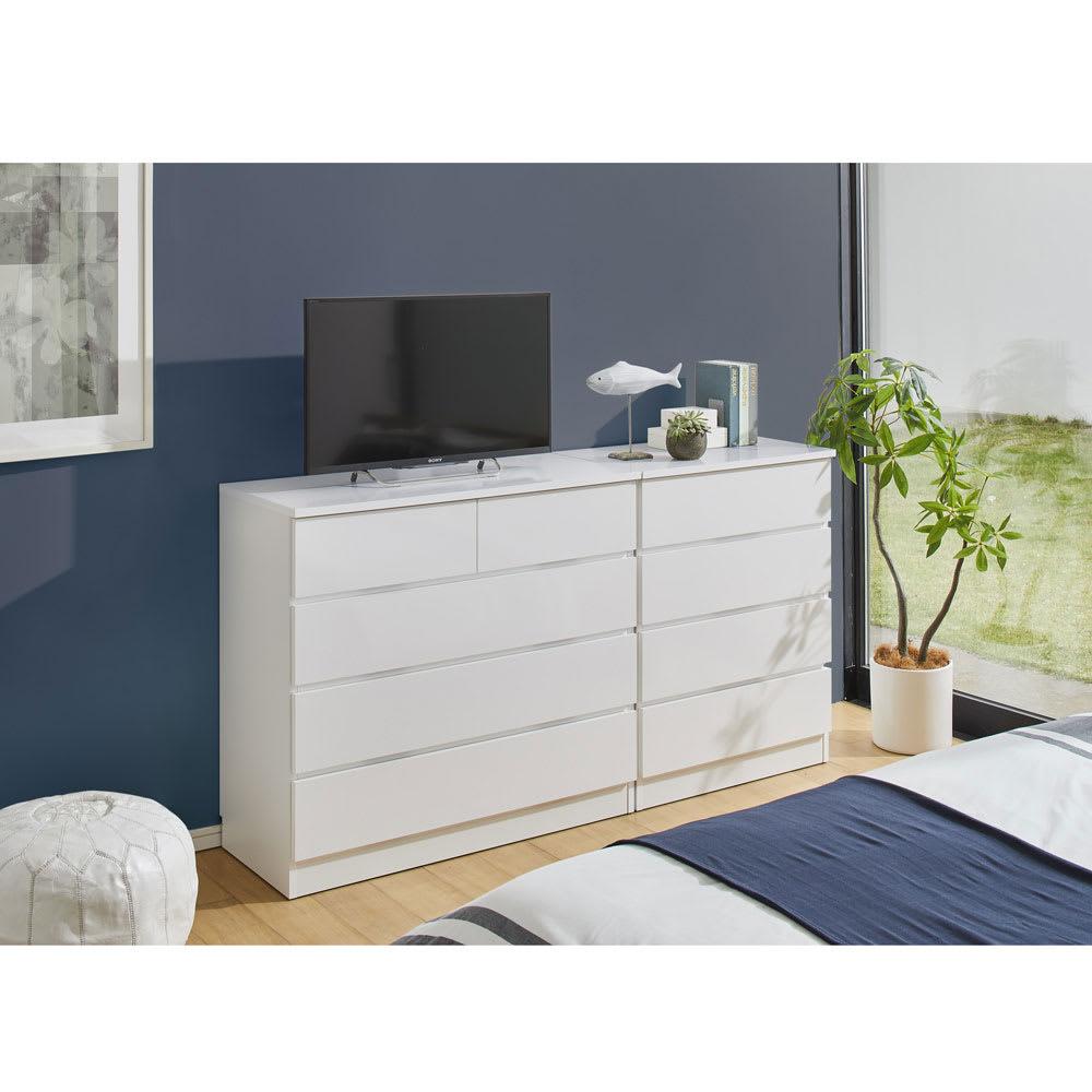 ぴったりサイズが見つかるフルスライドレールチェスト 5段 高さ109.5cm・幅60cm 使用イメージ(イ)ホワイト 寝室にテレビを置きたい場合の収納兼テレビ台に。圧迫感もありません。 ※写真左から4段タイプ・高さ89.5cm・幅100cm、4段タイプ・高さ89.5cm・幅70cmです。