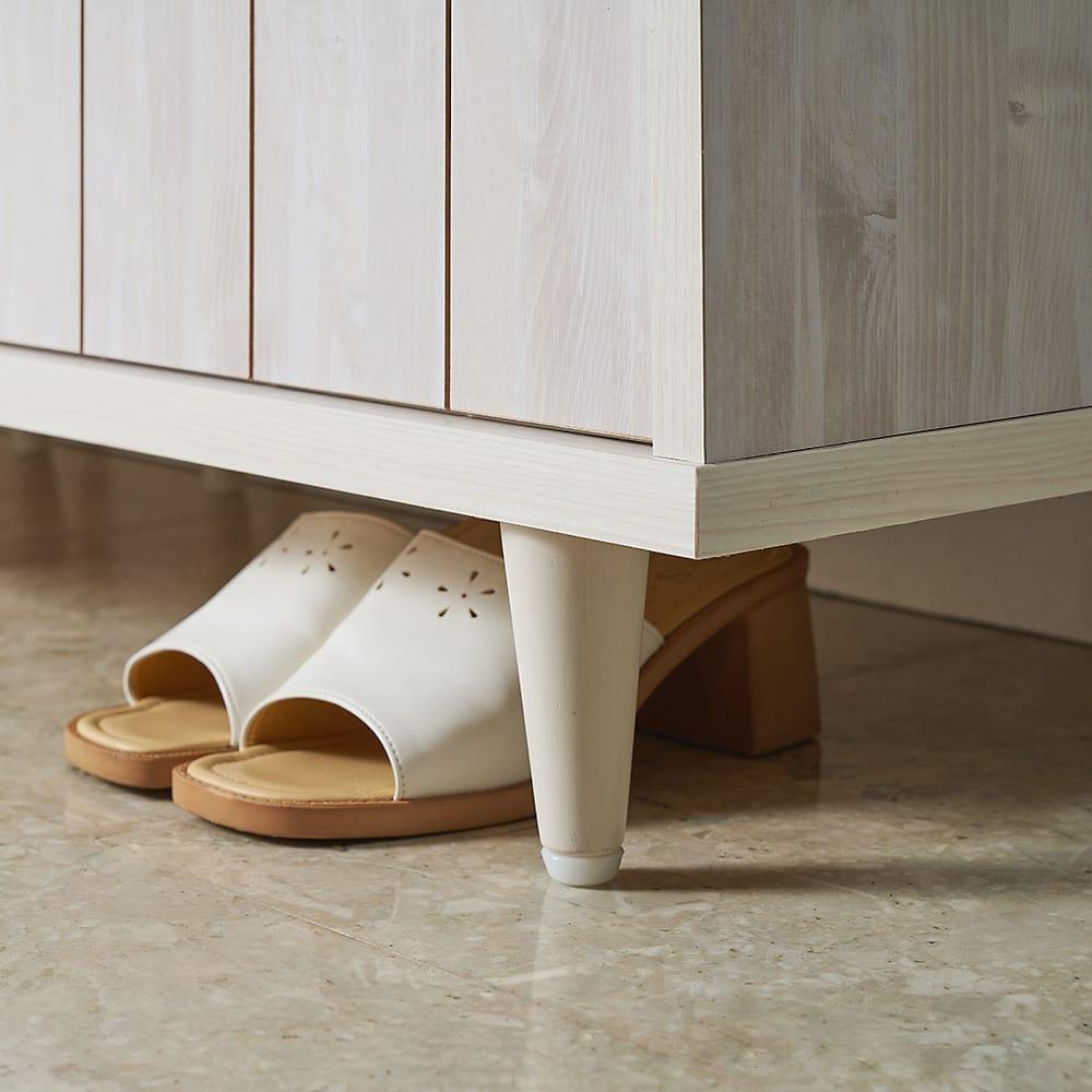 ヴィンテージ調シューズボックス 幅120cm 高さ101cm 脚部スペースは11cmあるので、脱いだばかりの靴の一時置きにも。乾いてから下駄箱内に収納すれば、靴も長持ち。
